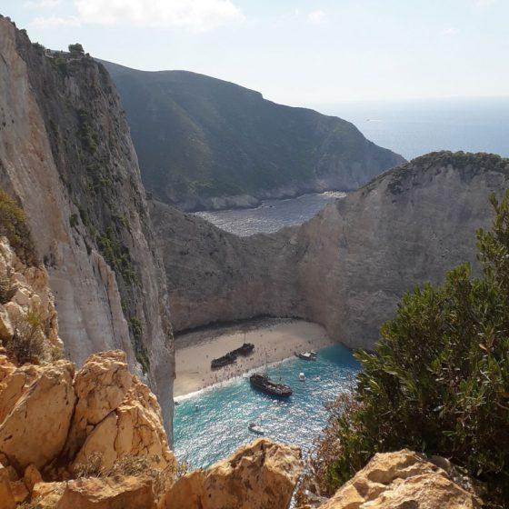 Η παραλία «Ναυάγιο», από μια λιγότερο συνηθισμένη γωνία. Σήμα κατατεθέν ενός νησιού και μαζί μιας ολόκληρης χώρας.