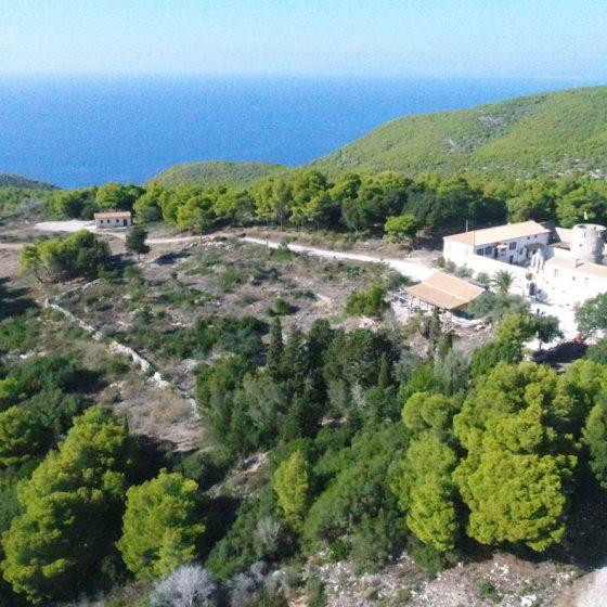Το μοναστήρι του Αγίου Γεωργίου των Γκρεμνών (1562) πάνω στον λόφο Σούρμπη.