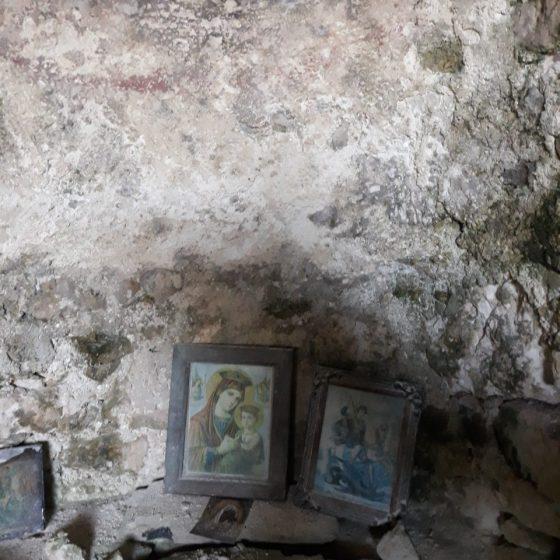 ο εσωτερικό της ιεράς μονής του Κάτου Αϊ-Γιώργη των Γκρεμνών.